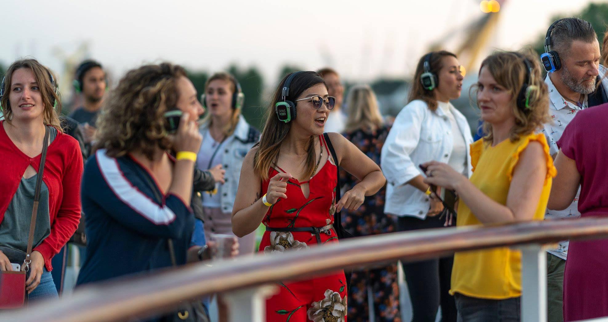 Dansende mensen tijdens DANSVOER Silent Disco op SS Rotterdam tijdens Rotterdamse Dakendagen 2018