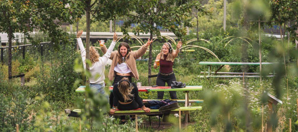 Dansende mensen tijdens DANSVOER Silent Disco in het Luchtpark op de Hofbogen tijdens Rotterdamse Dakendagen 2019
