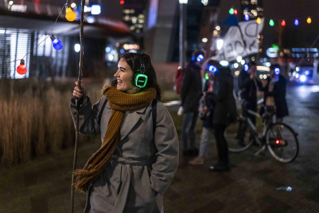 feestelijk dansen door de stad Rotterdam met silent disco koptelefoons