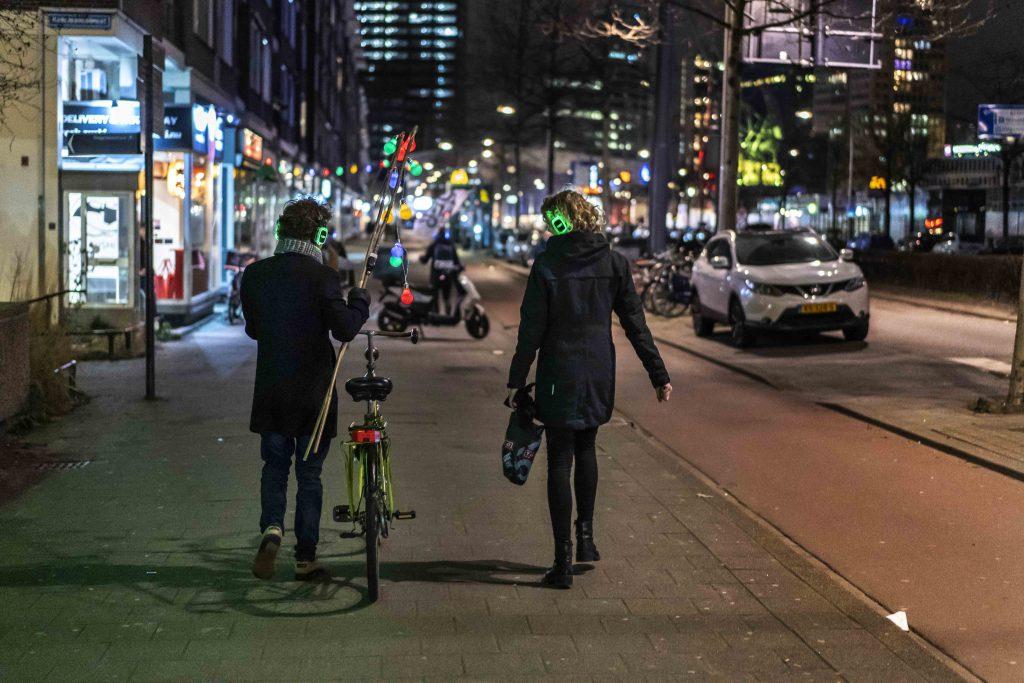 Feestelijk wandelen en dansen door Rotterdam met koptelefoons
