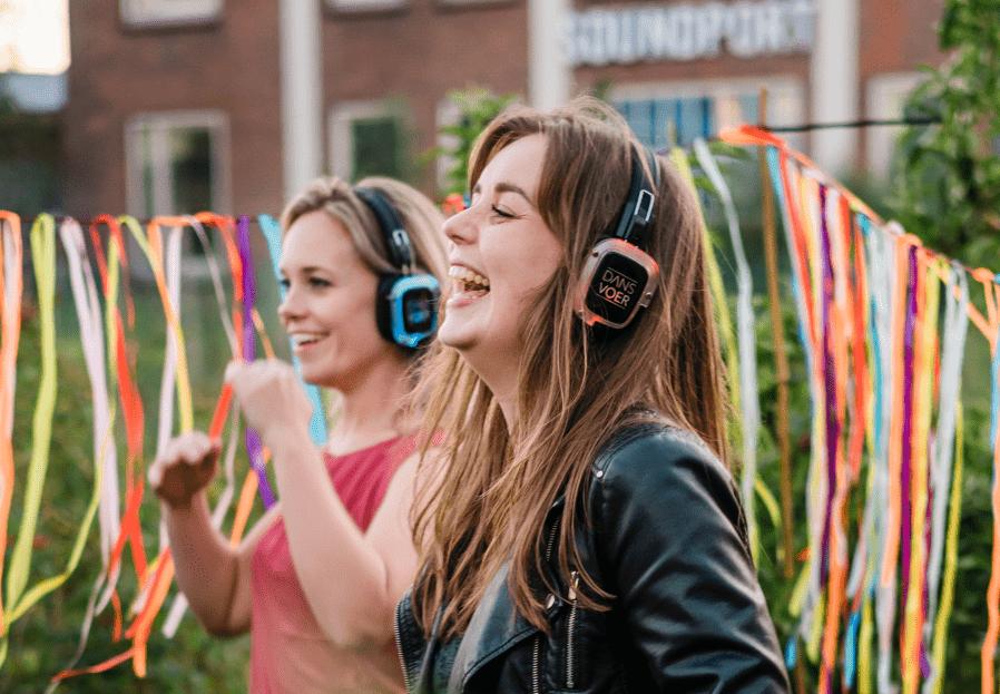 mensen dansen met silent disco koptelefoons